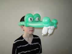 In this video instruction you will learn how to make balloon crocodile hat or balloon alligator hat using balloon twisting technique. We can use this balloon. Balloon Hat, Balloon Arch, Panthères Roses, Ballon Animals, How To Make Balloon, Balloon Decorations, Balloon Ideas, Unicorn Hat, Panther