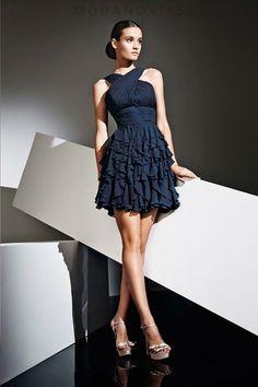 Vestido de cóctel E-1147 corto de gasa con el escote asimétrico. Color azul oscuro. #modanovias #vestidos #boda #vestidosdefiesta #fiesta Visítanos en:  http://www.modanovias.es/vestidos-fiesta/e-1147.html