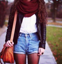 Chaqueta de cuero, shorts, medias negras con corazones, bolso cafe, y bufanda color vino