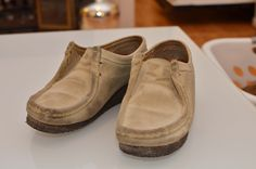 Read directions about how to make a DIY mirror cleaner. Shoe Cleaner Diy, Suede Shoe Cleaner, Diy Cleaners, Clean Suede Shoes, How To Clean Suede, Mirror Cleaner, Diy Mirror, Clogs, Cleaning