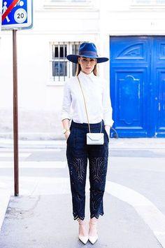 細身のシャツのボタンを上まで閉めて、お嬢様風コーディネートに。シンプルになりがちなコーディネートは鮮やかな青のハットをワンポイントに。