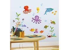 RoomMates Wandsticker Wandbild Abenteuer Unterwasserwelt Das jederzeit ablösbare und kinderleicht neu zu stickende Wandtattoo Abenteuer Unter Wasser beflügelt die Fantasie der Kinder und ist eine großartige Dekoration für das Kinderzimmer, die Spielecke oder das Badezimmer. Die großartigen Farben regen zum Spielen und kreativen Denken an und es bleibt kein Kleber an den Händen zurück, ideal für Kinder.