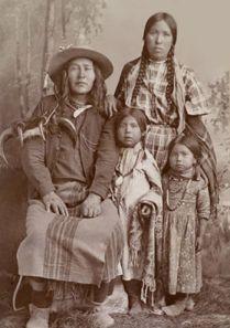 Amérindiens Crow, femme et enfants. les Crows habitaient les Etats du Montana et du North Dakota. Ils étaient divisés en trois groupes principaux (River Crows, Mountain Crows et Kicked-in-their-bellies) subdivisés en 13 clans matrilinéaires.  Pour les systèmes crow-omaha, on ne peut se marier dans un clan qui a déjà fourni de mémoire d'homme un conjoint à son clan (pour éviter la consanguinité). Ils furent toujours amicaux avec les Blancs.