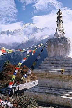 Il Monte Everest, in tibetano Chomolangma (madre dell'universo), 8.848 metri, è la più alta vetta della Terra. Il Memorial Chorten è dedicato a Sherpa Tenzing Norgay, un alpinista di etnia Sherpa che nel 1953 fu, con Edmund Hillary, la prima persona a mettere piede sulla vetta dell'Everest. Trascorse lì 15 minuti a scattare fotografie e a mangiare torta di menta, poi, da devoto buddista, lasciò un offerta di cibo.  É considerato un eroe leggendario.