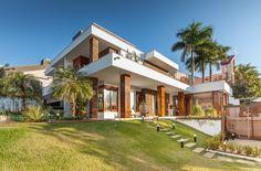 Fachada residência moderna - madeira e pedra ferro revestem volumes ♥ #modernhouses #modernarchitecture #casasmodernas