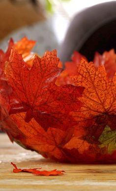 Das braucht ihr: Kunstblätter im Herbststil Bastelkleber einen Pinsel Luftballon eine Schüssel als Halterung Und so geht's...
