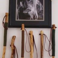 Rope Handgrip for Hiking Stick: 7 Steps Handmade Walking Sticks, Hand Carved Walking Sticks, Wood Projects, Craft Projects, Projects To Try, Paracord Wrap Handle, Fairy Tree Houses, Wood Carving Designs, Painted Sticks