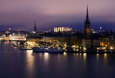 Stockholm by Night  La bella y cosmopolita Estocolmo, Suecia, iluminado en la noche.  Fotografía de diesmali (Johan Klovsjö).