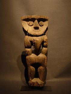 Statue Dayak de Bornéo Statue anthropomorphe contemporaine des tribus Modang de l'est de Bornéo et taillée dans du bois de fer érodé très lourd