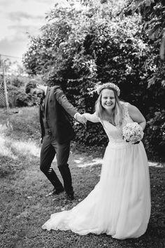 Auch wenn nur standesamtlich geheiratet wird, ist die Freude nicht minder. . #hochzeit #marriage #wedding #bestday #love #loveforever #weddingphotography #weddingphotographer #hochzeitsfotograf #kärnten  #ehe #standesamtlichetrauung #couple #fotografinkärnten #roland_hochzeitsfotografie Wedding Dresses, Photography, Fashion, Civil Ceremony, Wedding Day, Wedding Photography, Joy, Marriage, Bride Dresses