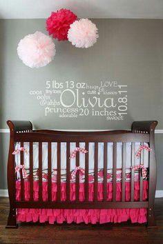 Chambre de de bébé avec autocollants muraux personnalisés contenant les infos de bébé