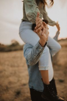 Outdoor Engagement Photos, Winter Engagement Photos, Engagement Photo Outfits, Engagement Photo Inspiration, Engagement Pictures, Photo Poses For Couples, Couple Photoshoot Poses, Couple Posing, Couple Shoot