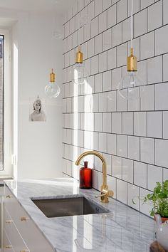 Kitchen white wall tiles design ideas kitchen love white offset square tile black grout hanging bulb light marble counter brass hardware a huge range of Kitchen Interior, New Kitchen, Kitchen Dining, Kitchen Sink, Kitchen Tiles, Kitchen White, Gold Kitchen, Eclectic Kitchen, Kitchen Cabinets