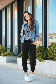 Das beste Paar Jogger, das Sie jemals finden werden - Andee Layne The best pair of joggers you'll ev Outfit Jeans, Black Joggers Outfit, Jogger Outfit, Jean Jacket Outfits, Cute Outfits With Jeans, Cute Casual Outfits, Fall Outfits, Women Joggers Outfit, Jogger Pants Style