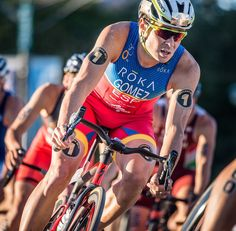 @jgomeznoya now stands alone as the only man to own five ITU World Championship Titles! Javi earned his 3rd consecutive title at #WTSChicago.  The 1.5km swim split the field into three main packs two of which came together late on the 40km bike for a lead group of 57 men. Javi ran a 29:06 10km in an epic battle. We salute and take a bow.  Follow the link in @iamspecialized_tri Bio for a video of Javi's training in Spain.  #iamspecialized #VengeVias #triathlon |  @n2photoservices by…
