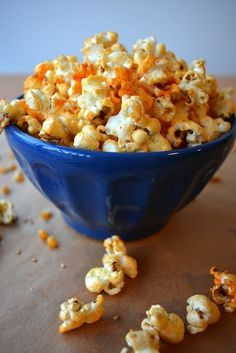 Sriacha-Honey Sesame Popcorn -- 3 Insanely Easy Popcorn Recipes for Your Next Movie Night Popcorn Snacks, Flavored Popcorn, Popcorn Recipes, Snack Recipes, Cooking Recipes, Popcorn Toppings Healthy, Gourmet Popcorn, Honey Popcorn, Sriracha Popcorn