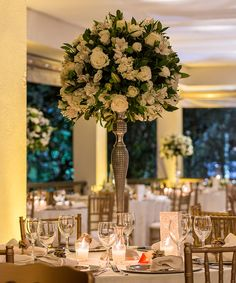 arranjo de centro de mesa para casamento com flores brancas e folhagem madame fiori