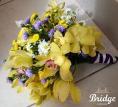 Muito amor por este buquê de orquídeas para casamento no campo