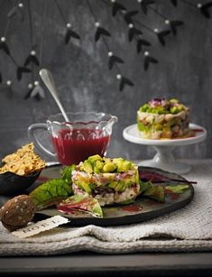 Forellen-Avocado-Tatar mit Käse-Crackern Una receta para tartar de aguacate y trucha con galletas de queso Trout Recipes, Fried Fish Recipes, Seafood Appetizers, Healthy Appetizers, Chicory Salad, Vegetable Cake, White Chocolate Recipes, Christmas Appetizers, Gourmet