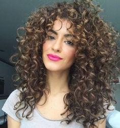 Outro exemplo de cabelo poderoso com mix de texturas (cabelo com diferentes tipos de ondulações e cachos)