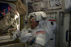 ワイズマンは、宇宙遊泳翌週の準備のために彼のスーツを着て検査として欧州宇宙機関の宇宙飛行士アレクサンダーGerstは、仲間の遠征2014年10月1日に41人の乗組員、NASAの宇宙飛行士リードワイズマンこの画像を捕獲した。