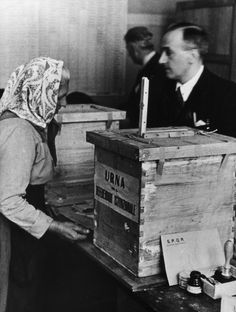 An elderly Italian woman going to the polling station during the Institutional Referendum to determine the form of the State after the Second World War. Rome, 2nd June 1946 MONDADORI PORTFOLIO