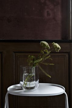 Smuk og minimalistisk afteroom sidebord fra Menu. Afteroom bordet fra Menu er baseret på konceptet om at reducere mængden af materialer til et minimum. Afteroom sidebordet findes i sort og hvid.