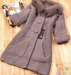 Knitting Patterns Coat Moda 'Beautiful taupe knitted coat in garter stitch' Crochet Baby Jacket, Crochet Coat, Knitted Coat, Crochet Cardigan, Crochet Clothes, Knit Baby Dress, Knitting For Kids, Baby Knitting Patterns, Crochet For Kids