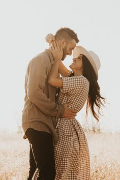 Photo Poses For Couples, Couple Photoshoot Poses, Engagement Photo Outfits, Couple Photography Poses, Engagement Photo Inspiration, Couple Posing, Picture Poses, Engagement Pictures, Engagement Photography