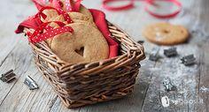 Ecco la ricetta per dei biscotti di Natale vegani, bellissimi e buonissimi. Preparate l'impasto insieme ai più piccoli e decorate con loro l'albero di Natale!