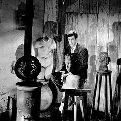 L'INA avec Photoservice.com - Jean Paul Belmondo entouré de sculptures de son père Paul Belmondo
