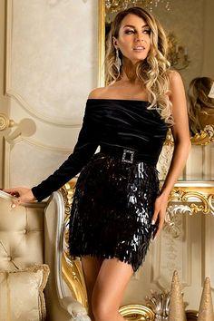 15782245c3ad Abito elegante monomanica di colore nero in ciniglia e lustrini. Pannello  Esterno Del Vestito
