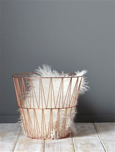 http://www.cyrillus.fr/corbeille-metallique-cuivre.htm?ProductId=090100149&FiltreCouleur=6647&t=1 45€ Diam. 33 cm. Haut. 25 cm. métal cuivré