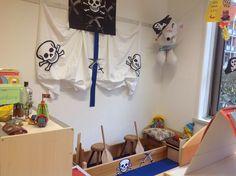 Piraten themahoek gemaakt van de onderkant van de gymkast met krukken en peddels