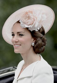 Personally, I think the look for Trooping the Colour 2016 was absolutely perfect. Catherine looked extremely elegant with the pink hat &… Style Kate Middleton, Kate Middleton Hats, Princesa Kate Middleton, Duchesse Kate, Elisabeth Ii, Princesa Diana, Wedding Hats, Prince William And Kate, Princess Charlotte