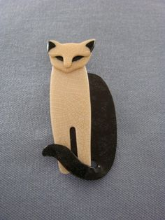 Aloof and stately this cat brooch from Lea Stein knows he has a pedigree!