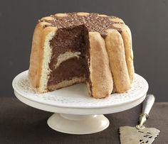 Faites fondre le chocolat selon le mode d'emploi. Tapissez le moule de papier film transparent. Trempez les biscuits dans un peu d'eau et tapissez les bords d'un moule à charlotte. Dans un saladier, mélangez les jaunes d'oeufs, le chocolat fondu. Battez les blancs en neige et incorporez-les délicatement. Versez la moitié de la mousse dans le moule à charlotte, ajoutez le reste des biscuits puis le reste de mousse et faites prendre au minimum 4 heures au réfrigérateur. Coupez l...