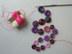Virkatut nappihelmet - Irenen käsityö- ja askarteluideat Washer Necklace, Helmet, Textiles, Diy Crafts, Buttons, Jewels, Knitting, Crochet, Hockey Helmet
