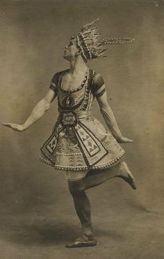 Vaslav Nijinsky in costume designed for the Ballets Russes production Le Dieu Bleu by Leon Bakst 1912 Paul Poiret, Annie Leibovitz, Robert Mapplethorpe, Theatre Costumes, Ballet Costumes, Richard Avedon, Léon Bakst, Non Plus Ultra, Bert Stern
