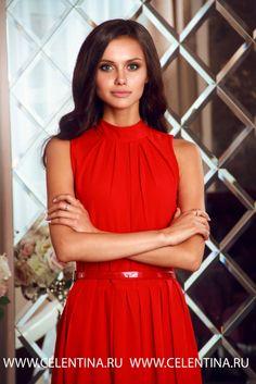 Длинное нарядное красное вечернее платье без рукава.