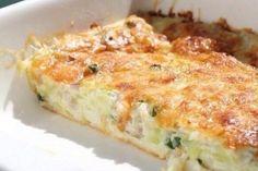 Lehké jídlo, které připraví i začátečníci v kuchyni. Zapečená cuketa s cibulkou a mozzarelou.