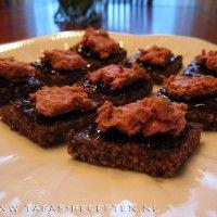 Roggebrood met stoofperenstroop en paté