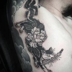 Horitomo's (IG—horitomo_stateofgrace) monmon cats look great in black and grey. Japanese Tattoo Designs, Japanese Sleeve Tattoos, Symbols Of Strength Tattoos, Tattoo Symbols, Signature Tattoos, Japanese Cat, Tatoo Art, Elephant Tattoos, Irezumi