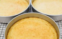 Torta de piña con crema, receta chilena   En Mi Cocina Hoy Pineapple Cake, Pineapple Juice, Chilean Recipes, Chilean Food, Vanilla Sponge Cake, Summer Cakes, Sifted Flour, Round Cake Pans, Cornbread