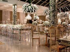 Destaque também para os criativos arranjos de flores que pendiam do teto - Decoração branca por João Callas - Foto Ana Cris Willerding