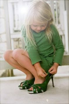 dress up Fashionista model Kind Photo, Shoes Too Big, Jolie Photo, Beautiful Children, Shades Of Green, My Favorite Color, Children Photography, Pantone, Cute Kids