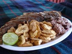Pescado frito con tajadas y casamiento (arroz con frijoles y leche de coco) Tela, Honduras