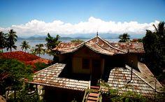 Trata-se de uma casa de veraneio com uma torre de múltiplas beiradas e com arquitetura inspirada em tradições chinesas. Aberto para hospedagem.