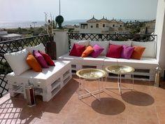 ¿Tienes unas buenas vistas desde tu terraza? Aprovecha y monta un sitio de relajación con unos bonitos muebles :)