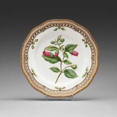A SET OF 11 ROYAL COPENHAGEN 'FLORA DANICA' DINNER PLATES, DENMARK, EARLY 20TH CENTURY.